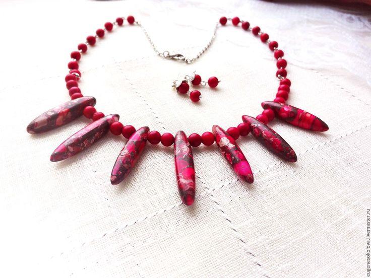 Купить Комплект Красная яшма: колье и серьги из красной яшмы и коралла - ярко-красный, красный