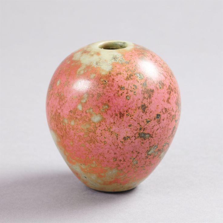 ANS HEDBERG, vas, Biot, Frankrike, starkeldsfajans, spräcklig glasyr i grönt och rosa, signerad HHg, höjd 10 cm
