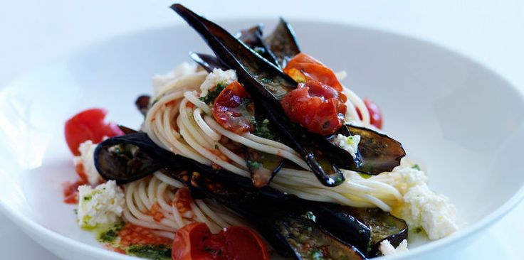 Spaghettis aux aubergines, tomates, pesto et feta