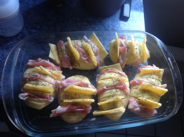 Recette de pomme de terre tranché four garnie. Il vous faut : pomme de terre, bacon, fromage chedar, Sel poivre
