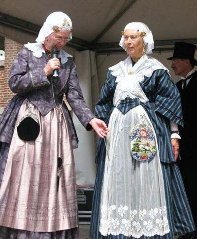 Groningen. Het meest karakteristiek is de hooftooi geweest, die bestond uit een zeer breed gouden oorijzer waarover een kanten muts – type floddermuts – werd gedragen. Daarbij hadden de gegoede boerinnen een jak met rok aan, afgeleid of aangepast aan de stadse mode. De kleding doorliep alle stadia van mode van de tijd rond de Franse revolutie (eind 18e eeuw), via Empire (rond 1800) en Biedermeier (1830) tot de Victoriaanse Tijd (eind 19e eeuw). #Groningen