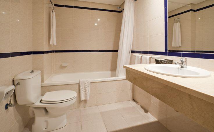 Los baños del apartotel para vacaciones en familia están equipados con todo lo esencial para que no te falte de nada. #menorca #todoinlcuido http://www.ilunionmenorca.com/