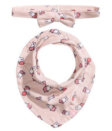 Puderrosa/Miffy. Ett hårband och en trekantsscarf i mjuk trikå med tryckt mönster. Hårbandet har dekorativa applikationer. Scarfen är fodrad och har