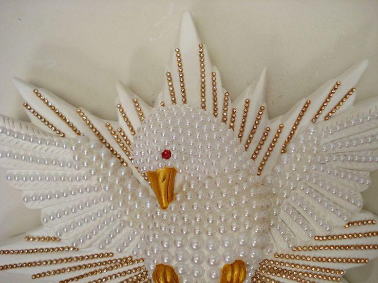 - Maravilhoso Divino Espírito Santo de gesso GRANDE    - Todo decorado com meia pérolas brancas de tamanhos grandes e pequenas, coladas uma a uma    - Com strass dourado em todas as extensões do esplendor    - Ótimo presente e muito lindo para decoração de paredes.