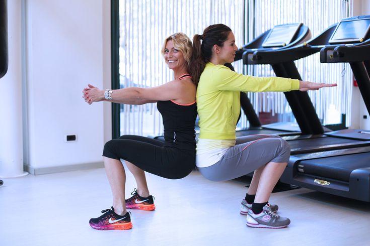 snellire le gambe SQUAT  Aiutano a rassodare gambe e glutei.  Schiena contro schiena, gambe a 90 gradi , braccia distese di fronte a te, PIEGAMENTI. Distendi e piegati facendo forza sulla schiena del tuo compagno. Almeno 3 SERIE DA 12/15 squat Tra una serie e l'altra riposati 1 minuto.