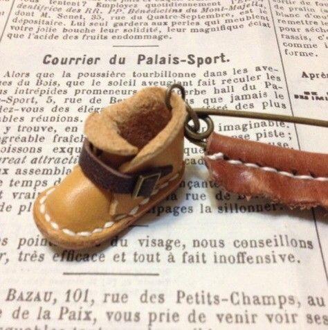 足サイズ 約3.8㎝ のミニチュアアンクルブーツをストールピンにしましたヾ(*'∀`*)ノヌメ革で作ったので、つま先のプックリ部分も、...|ハンドメイド、手作り、手仕事品の通販・販売・購入ならCreema。