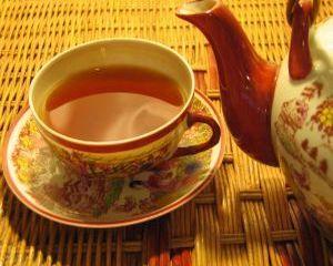 Nu poti sa dormi? Bea un ceai de paducel! Paducelul, cunoscut si sub numele de planta inimii, scade tensiunea arteriala si este recomandat pentru anxietate, stres, emotivitate. Infuzia de paducel inlatura migrenele, combate insomnia si te ajuta sa te concentrezi mai bine. Afla mai jos cum se prepara ceaiul de paducel si care sunt beneficiile pentru sanatate!  #Ceai #BeneficiiCeaiuri #CeaiPaducel #CeaidePaducel