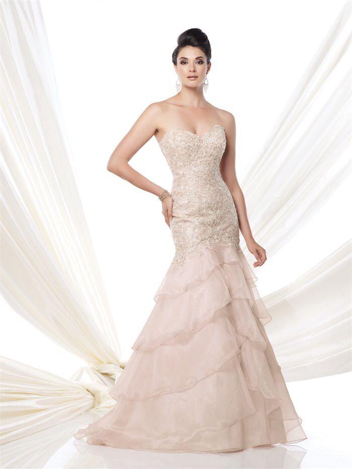 Prachtige poeder roze lange mermaid bruidsjurk met rok van chiffon lagen en top van kant met kralen. Voorzijde.