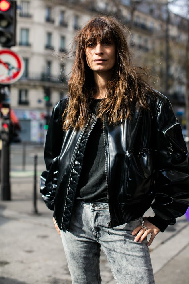 Les plus beaux cheveux bruns wavy frange des street looks de la Fashion Week de Paris : Caroline de Maigret
