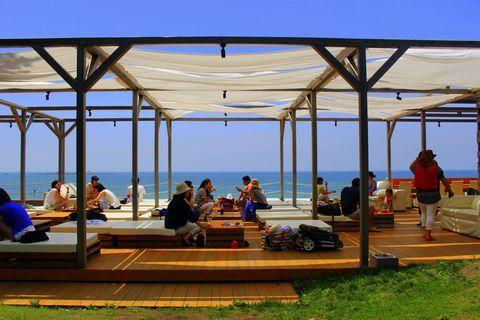 35.275882,139.571640 神奈川県の葉山町は湘南に並ぶ人気のビーチリゾートエリアです。その葉山の森戸海岸に2013年、ビーチカフェ「CABaN(カボン)」がオープン!カフェはオンザビーチ、窓も屋根もなく海が目の前という絶景ロケーション。ファッションブランド「TOMORROWLAND」がプロデュースしたお店でオシャレすぎる!と話題になっています。海外のリゾートに行ったような気分になれる、とっても素敵なカフェです♪