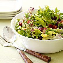 Salade met  ww   660 g Sla       270 g Tomaat, gehalveerd   Voor de saus:     75 ml Water     2 koffielepel(s) Olijfolie     2 eetlepel(s) Rode wijnazijn, (of witte wijnazijn)     15 g Peterselie     1 teentje(s) Knoflook     1 koffielepel(s) Poedersuiker     1 hoeveelheid (naar smaak) Zout     1 hoeveelheid (naar smaak) Peper