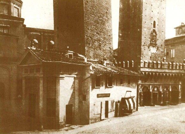 La cappella di Santa Maria delle Grazie, addossata alla torre Garisenda, demolita nel 1871 Archivio Ferri/Roversi