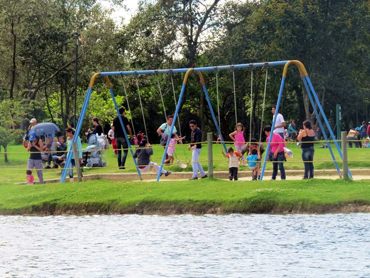 Todos los columpios quedan al borde del agua. Que cosa tan bien diseñada: http://www.tuhotelbogota.co/category/parques/parque-simon-bolivar/