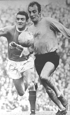 Man Utd 1 Southampton 4 in Aug 1969 at Old Trafford. Ron Davies, who scored 4 times in this game, takes on Bill Foulkes, playing his last for United #Div1