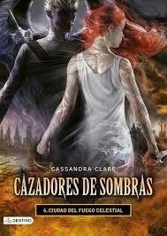 La oscuridad ha regresado al mundo de los Cazadores de sombras. Mientras el caos y la destrucción los amenazan, Clary, Jace, Simon y sus amigos deben unirse para luchar contra el mayor enemigo al que se han enfrentado jamás los nefilim: el hermano de Clary, Sebastian.