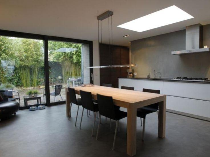 De keuken,in de aanbouw  met Novilon VT Wonen op de vloer, kijkt uit op de tuin.
