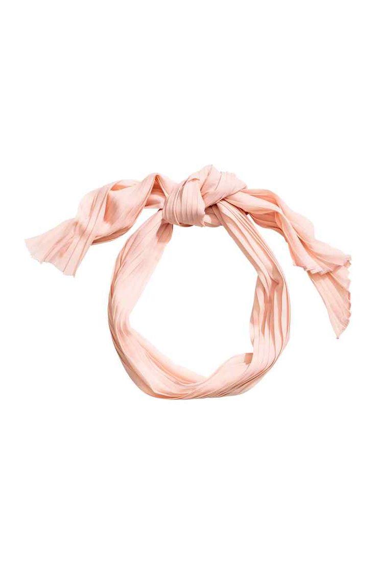 Lenço plissado: Lenço plissado em crepe fino. Pode ser usado à volta da cabeça…