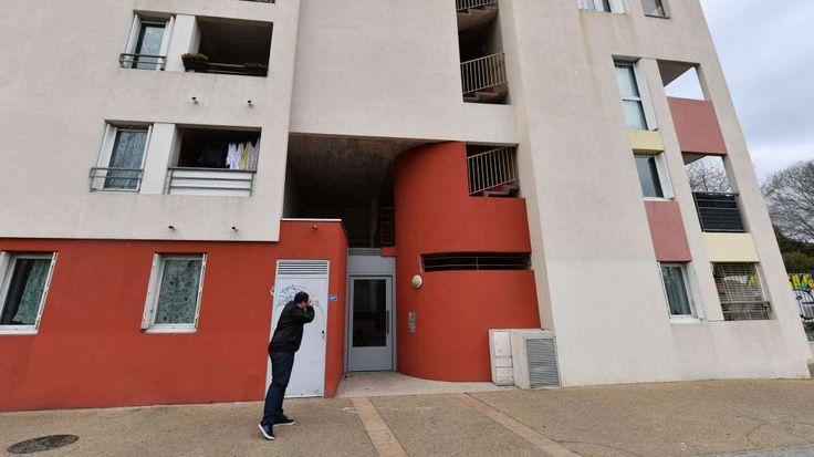 """Trois personnes soupçonnées de projeter un attentat """"imminent"""" en France ont été mises en examen. Ici l'immeuble où sont intervenues les forces de police, à Montpellier, vendredi."""