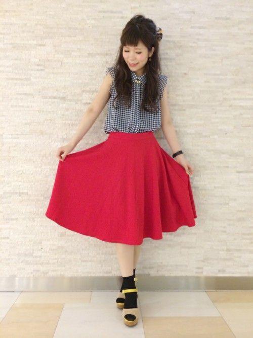 ミモレ丈のレッドスカートにソックススタイルがラブリー♪ ♡ガーリーなファッション スタイルのコーデまとめ♡