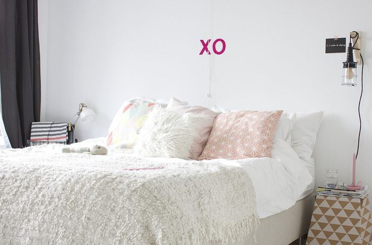 Onze slaapkamer. Licht, veel wit, rustig, simpel en zachte kleuren. Geïnspireerd door Scandinavische interieurs. Meer op mijn blog.