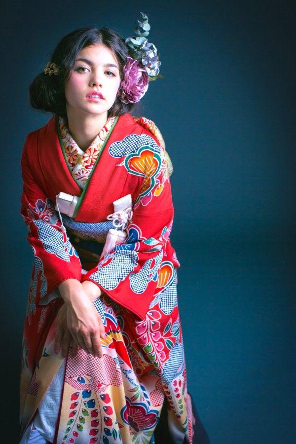 『紅型松に藤』紅型の松と藤の文様、裾への色の切り替えが愛らしい引き振袖です。ありそうでない色味を楽しむために、小物とヘアスタイルを思いっきり遊べる一枚。