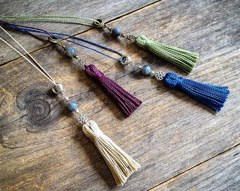 Makramee Boho Stammes-schicke Halskette auf einem Silberton Metallteil - werden Bestellung in der Farbe Ihrer Wahl vorgenommen  Sie erhalten 1 Micro Macrame Anhänger (4,5 cm breit) auf eine lange Kette Silber-Ton, siehe letztes Bild für die Farbkarte.  Einstellbar in 2 Längen 44 und 66 cm (ca.), müssen die Kette einen Karabinerverschluss. (siehe S / W Bild Schaufensterpuppe, eine Idee des Stils in diese 2 Längen)  Julie < 3  Originaldesign von Kreationen Mariposa, alle Rechte vorbehal...
