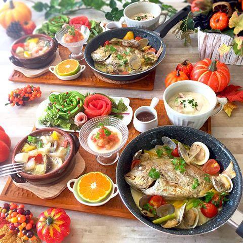 . アクアパッツァ🐟のレッスンと スワイプ👉🏻してもらって 福岡出張レッスン😄 . . 〈献立〉 *丸ごと鯛のアクアパッツァ *ベーコンと白菜のクリーム煮 *きのこのアヒージョ *トマトのムース *3種の薔薇サラダ *オレンジ . これ量が多くて絶対食べれん! と言いながら食べちゃったよ😳え . 自分の胃の容量にビックリだよ💁🏻 . . . 3枚目以降は福岡出張レッスン🎶 . 今回も @mugimugicafeshop さんの キッチンスタジオをお借りして🙏🏻💕 . 2度目の出張、初の12人レッスン👩🏻🏫 緊張したけど 皆さんテキパキ作業してくれるから 見てない間に進んでるー👀✨ . 上がダメだと下がしっかりするとか 言うじゃん?あれね(笑) 私がポヤポヤしてる間に皆さん 上手にお料理してくれてました💓😄 . . そんなこんなな出張レッスンですが 来月も福岡でありまーす🙋🏻 . 11月17日 シュウマイや本格麻婆豆腐などの中華 ↑我ながらめちゃウマです🐷 午前10:30〜 残り3席 午後14:30〜 残り10席…