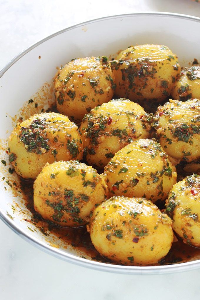 Pommes de terre à la chermoula ou batata mchermla, facile, rapide et savoureux. Sans gluten. Ce sont des pommes de terre en sauce chermoula (persil, coriandre, ail, jus de citron, des épices, huile d'olive). A servir chaud ou froid. En salade ou plat d'accompagnement pour viandes, poulet, poisson, merguez, ...