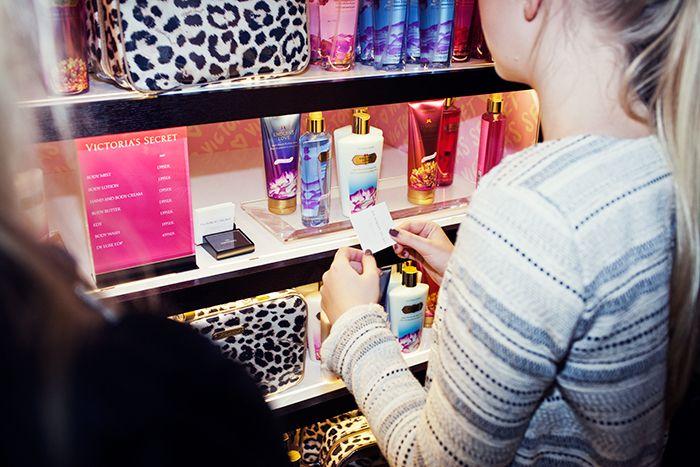 Doftprover i nya Victoria´s secrets-butiken i Stockholm.