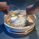 Dobrze ugotowany ryż do sushi to podstawa. 2 szklanki ryżu do sushi 2 ½ szklanki wody 3 łyżki octu ryżowego łyżeczka cukru ½ łyżeczki soli przygotowanie: Wsyp ryż do dużej miski, zalej zimną wodą i postaw na 20 minut. Ryż…