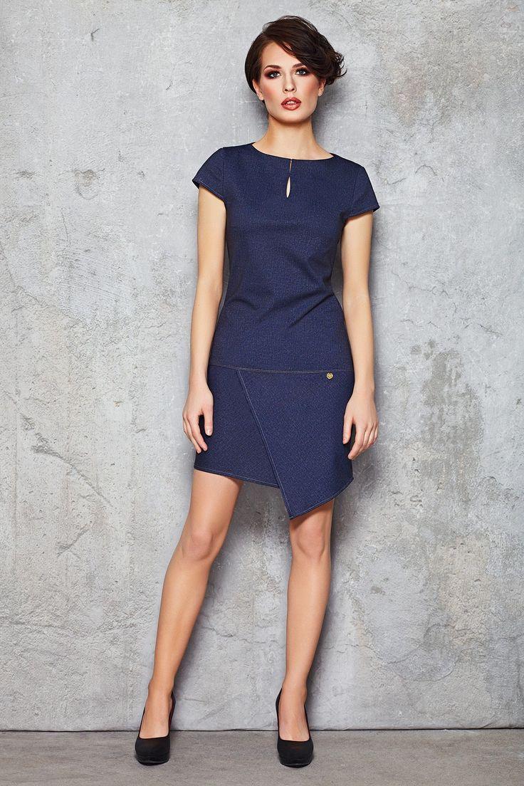 Bardzo kobieca, elegancka sukienka z krótkim rękawem. Wykonana z miłej tkaniny, starannie wykończona. Dekolt w kształcie łódki ozdobiony efektownym pęknięciem. Taliowana góra podkreśla smukłość sylwetki. Dół prosty, z przodu wykończony asymetryczną zakładką. Zapinana na zamek ukryty na plecach. Długość midi. Idealna jeśli szukasz czegoś stonowanego i z klasą np. na spotkania zawodowe lub prywatne.