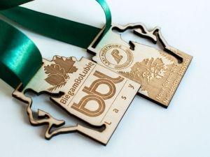BiegaszBoLubisz?! Czerpiesz z tego przyjemność?! Medale sportowe dla biegaczy, dwustronne ze sklejki. Wycinany kształt w sklejce.