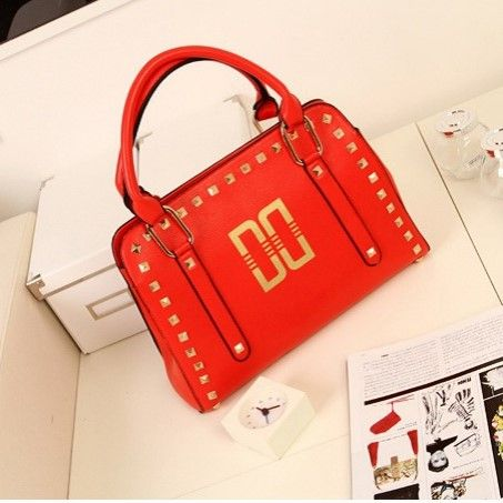 "@cs.ordersis's photo: ""Handbag : J937 RED ""Material:  Kulit PU Height:  26 cm Length:  42 cm Depth:  9 cm Long Strap:  Yes Bag Mouth:  Zipper Weight:  800g"" Rp173,000  #handbag #bag #tas #ordersis"""
