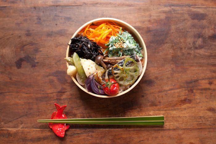 化学調味料は使わず、無農薬野菜をふんだんに使った、身体にうれしいお弁当が大人気。彩り鮮やかなのも特徴です。 隠岐の島にある海士町のお米や、宮崎県綾町の有機野菜を使った料理や、国産の野菜を富士酢ときび糖を使ったまろやかな味わいのピクルスなど、日本の良い素材を使った料理を提案。 「味、色、香り」を食べる人に楽しんでもらうことがモットーだそうです。