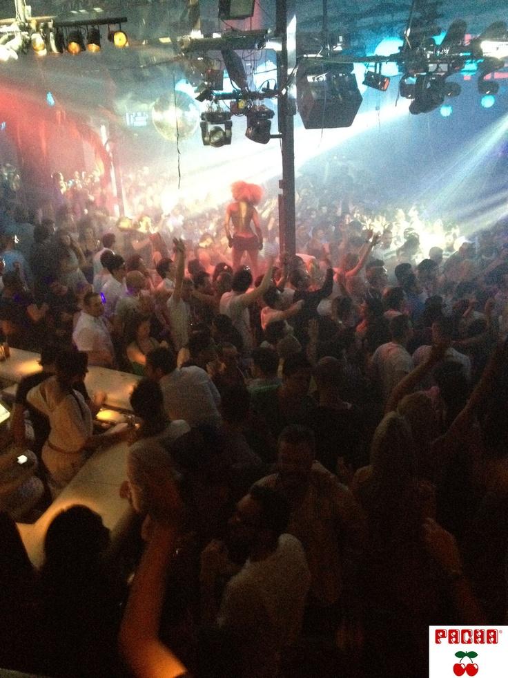 #Pacha_Ibiza is een van de oudste Clubs op Ibiza. Het heeft een aantal vloeren. Op de Main Stage draaien de grootste DJ's van de wereld. Deze avond was het Danny Avila, Tiesto en DJ Hardwell in 2012. Als je de drukte even zat bent, ga de trappen op naar boven (achterin voorbei de VIP plekken) en Loop naar het Buiten terras voor een lekker drankje en frisse lucht.