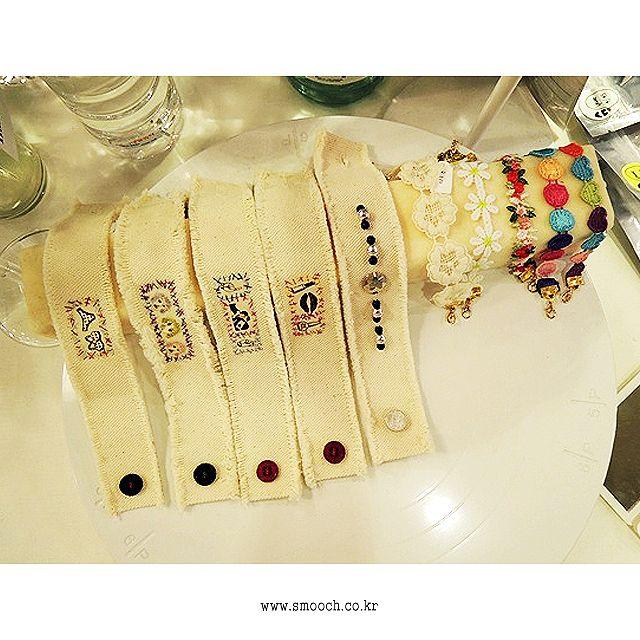 스무치 _ 핸드메이드 패브릭 팔찌  #smooch #handmade #customjewelry #handmadecustom #fabricbracelet #stitch #sewing #needlework #beads #bracelet #indianbeadz #indianmessage #display