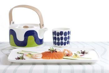 こちらはフィンエアー限定のマリメッコのティーポットとラテマグ。このティーポットを使ってキャビンクルーがお茶を注いでくれます。