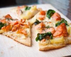 Pizza au saumon fumé, pesto d'épinards et mozzarella : http://www.cuisineaz.com/recettes/pizza-au-saumon-fume-pesto-d-epinards-et-mozzarella-76856.aspx