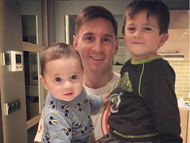 Antonella Roccuzzo ha compartido una fotografía en la que Messi celebra el Día del Padre con sus hijos
