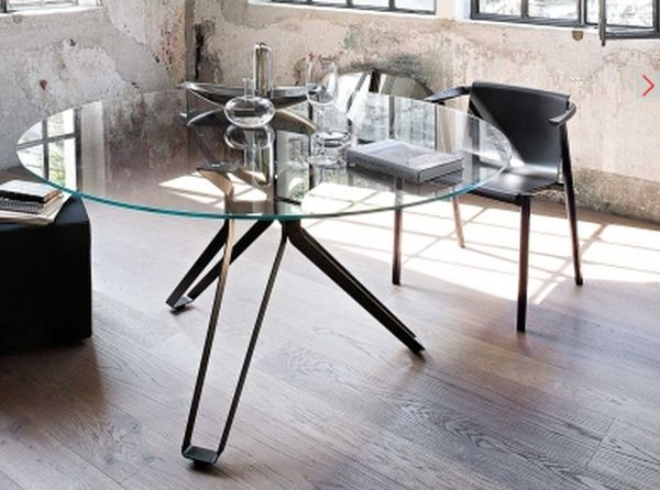 """Tavolo modello 3-pod  SFIDA: Risolvere le ardite specifiche del design nel rispetto dei criteri di stabilità e flessione """"esile e robusto"""""""