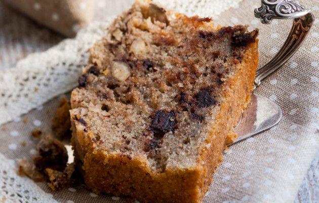 Suklaa-banaani-pähkinäkakku Suklaa-banaani-pähkihnäkakku yhdistää monta hyvää makua. Banaanit tuovat kakkuun kuohkeutta ja suklaa- sekä pähkinärouhe rakennetta. Kakku saa olla kosteahkoa, mutta ei raakaa. Sopii myös keliaakikolle. 1. Vaahdota rasva ja sokeri. Lisää munat yksitellen vatkaten. 2. Survo banaanit haarukalla ja lisää hyvin vatkaten taikinaan. 3. Sekoita kuivat aineet ja lisää taikinaan lastalla sekoittaen. 4. Lisää suklaa- …