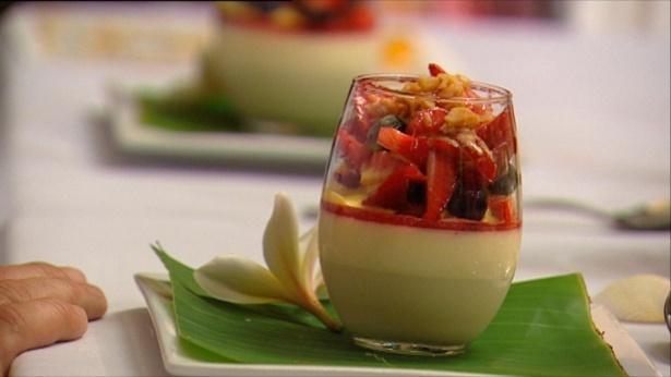 Panna cotta met champagne-aardbeiengelei, zomerfruitsalade en sabayon - My Kitchen Rules - Net5