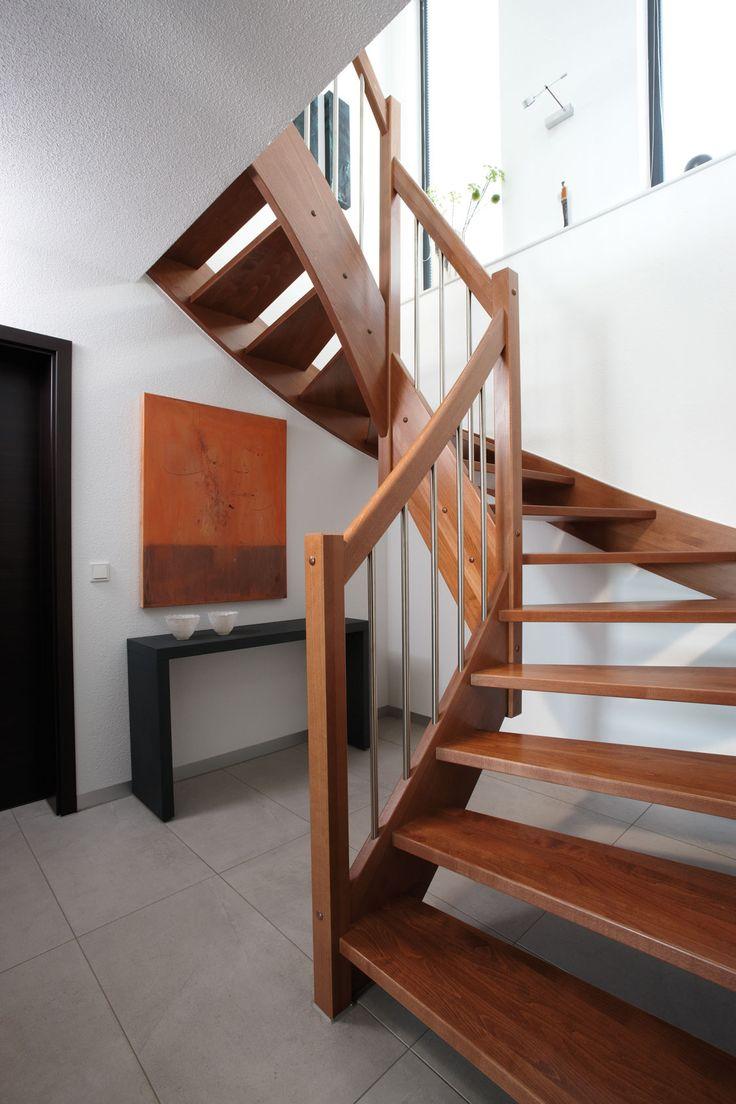 diele mit vollholztreppe - Farbakzente Interieur Einfamilienhaus