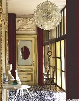 """Dans l'entrée, console, chaises et baromètre sont l'oeuvre du maître. Lustre """"Esprit"""" (Venini)."""