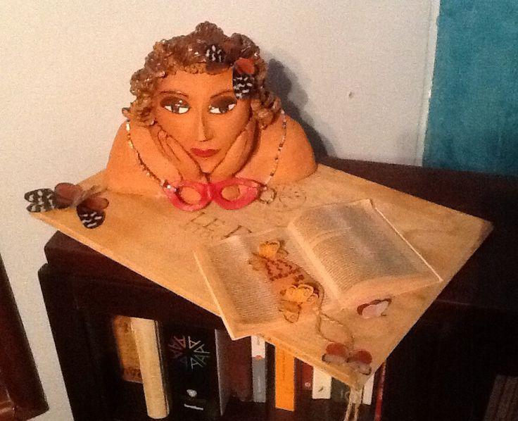 Leyendo a Gabriel García Márquez. Obra en cerámica montada en una tabla de madera