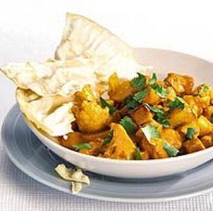 BLOEMKOOL CURRY // Bloemkool // Aardappel (vastkokend) // Ei (gekookt) // Vega Blokjes Of Tofu // Indiase Curry Pasta (massala) // Knoflook // Rode Ui // Chili Peper // Tomatenblokjes (blikje) // Vleestomaat (in partjes) // Kokosmelk (blikje) // Koriander (vers) // Naan