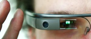 I Google Glass sono occhialli intelligenti in grado di riprendere immagini e video, connettersi ad internet e mostrare informazioni sulla realtà circostante