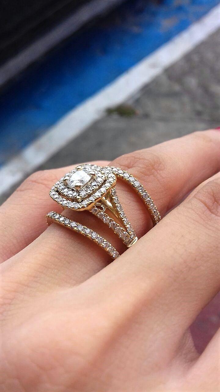 Anillo de compromiso en oro amarillo de 14 kilates, esta increíble pieza tiene 1.28 ctw de diamantes pequeños incrustados en las 4 bandas que forma esta particular pieza dos bandas que componen el anillo y dos bandas más que van en la parte inferior y superior y estas no están sujetas a el anillo, tiene un diamante central de 0.38 ctw cálidas VS1-VS2 , Color F-G, Haciendo un total de 1.66 kilates de diamantes   $62,800 / AHORA $28,000  *Disponible de talla 4 a 10. *Garantía de por vida *...
