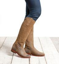 Merida Alta Mush. Stijlvolle hoge suède laarzen met een klassieke uitstraling. De laars wordt op de kuit gesloten en opgesierd met een drukknoop die over de rits valt. De schacht is hoog en is daardoor perfect geschikt voor de langere dame. De hakhoogte van deze suède laarzen is 2,5 cm. #Bootsandwoods