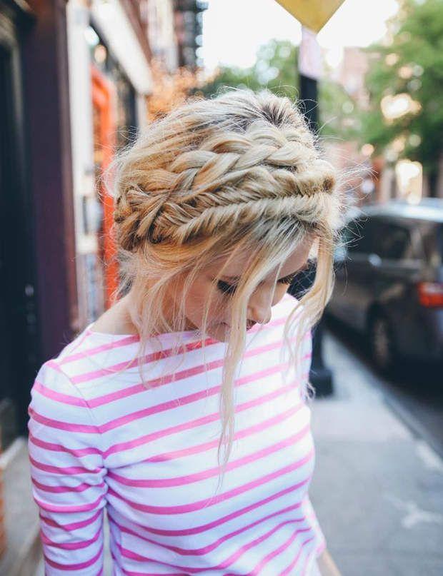 Une couronne tressée sophistiquéePour réaliser cette coiffure, il vous suffit de faire passer une tresse classique et une tresse épis tout autour de votre tête.